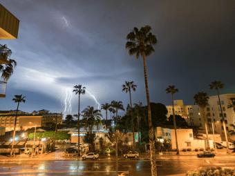 see la's night sky electrified by phenomenal lightning show